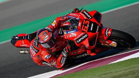 Pembalap Ducati Team, Francesco Bagnaia, mamacu motornya saat sesi latihan bebas GP Qatar. - INDOSPORT