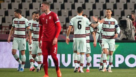 Para pemain Portugal (putih) merayakan gol Diego Jota ke gawang Serbia pada laga kualifikasi Piala Dunia yang berlangsung di FK Crvena Zvezda stadium, Belgrade, Saabtu (28/3/2021). - INDOSPORT