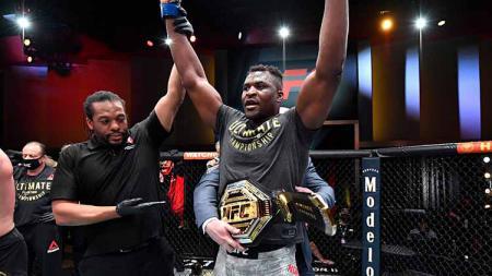 Francis Ngannou jadi juara kelas berat di UFC 260. - INDOSPORT