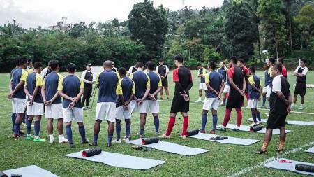 Para pemain Sulut United berkumpul saat latihan pada Minggu (28/3/2021) - INDOSPORT