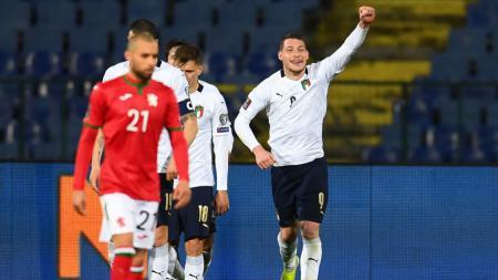 Pemain Italia, Andrea Belotti (kanan), merayakan golnya ke gawang Bulgaria pada lag kualifikasi Piala Dunia di Sofia, Bulgaria, Minggu (28/3/2021). - INDOSPORT