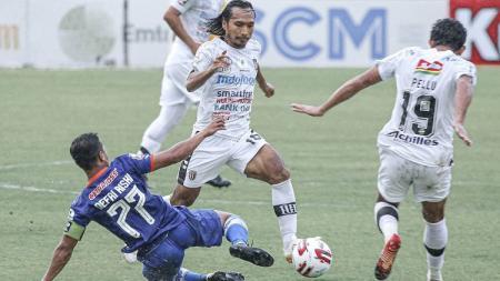 Aksi gelandang Bali United, Hariono, dalam pertandingan Piala Menpora kontra Persiraja Banda Aceh, Senin (29/3/21). - INDOSPORT