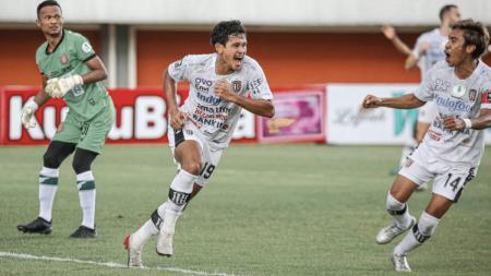 Selebrasi Rizky Pellu (tengah) usai mencetak gol kedua Bali United ke gawang Persiraja. - INDOSPORT