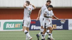 Indosport - Selebrasi striker Bali United, Ilija Spasojevic (kiri) usai mencetak gol ke gawang Persiraja.