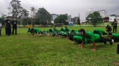 Indosport - Para pemain PSMS Medan langsung melakukan push up saat disuruh Edy Rahmayadi.