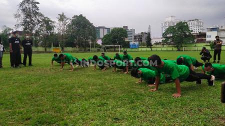 Para pemain PSMS Medan langsung melakukan push up saat disuruh Edy Rahmayadi. - INDOSPORT