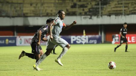 Bek Persib, Victor Igbonefo, saat pertandingan menghadapi Persita Tangerang pada Piala Menpora 2021 di Stadion Maguwoharjo, Sleman, Senin (29/03/21) - INDOSPORT