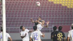 Indosport - Kemelut di depan gawang laga Arema FC vs PSIS Semarang di Piala Menpora 2021.