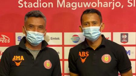 Pelatih Persiraja Banda Aceh, Hendri Susilo, bersama pemainnya, Asep Budi, dalam temu pers Piala Menpora 2021. - INDOSPORT