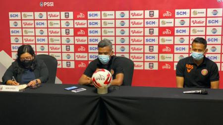 Pelatih Persiraja Banda Aceh, Hendri Susilo, bersama pemainnya, Asep Budi, dalam temu pers jelang pertandingan. - INDOSPORT