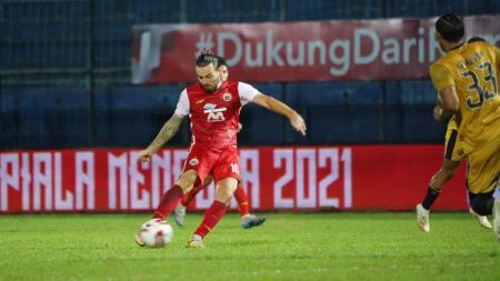 Marc Klok melesatkan tendangan yang berhasil menjadi gol ke gawang Bhayangkara FC pada fase grup B Piala Menpora 2021. - INDOSPORT