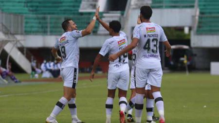 Penyerang Bali United, Ilija Spasojevic merayakan gol bersama rekan-rekannya dalam laga lawan Persita Tangerang di Stadion Maguwoharjo Sleman, Jumat (2/4/21) - INDOSPORT