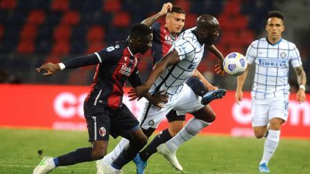Romelu Lukaku dikepung pemain Bologna dalam laga pekan ke-29 Liga Italia antara Bologna vs Inter Milan. - INDOSPORT