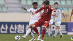 Indosport - Asnawi Mangkualam tampil di laga K League 2 Ansan Greeners kala menang atas Bucheon 1995. Warganet pun kaget pemain kesayangan Shin Tae-yong tampil saat bulan puasa.
