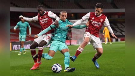 Pemain Liverpool Thiago diapit dua pemain Arsenal Nicolas Pepe dan Dani Ceballos di Liga Premier. - INDOSPORT