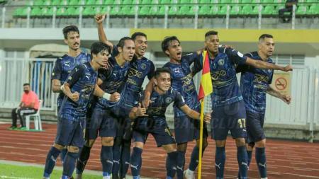 Ryuji Utomo selebrasi kemenangan dengan pemain Penang FC. - INDOSPORT