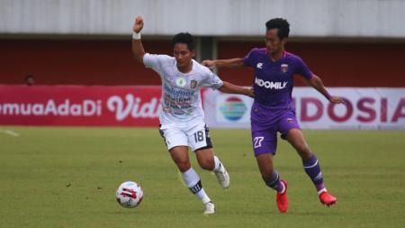 Gelandang Bali United, Kadek Agung Widnyana, ketika tampil dalam laga Grup D Piala Menpora 2021,  melawan Persita Tangerang di Stadion Maguwoharjo Sleman, Jumat (2/4/21). - INDOSPORT