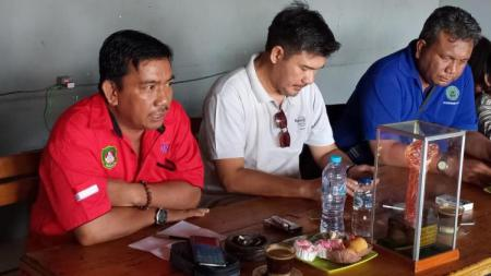 Manajer Tim Tinju Sulsel, Muhammad Tawing (merah) bersama Ketua Umum Pertina Sulsel, Adi Rasyid Ali (putih). - INDOSPORT