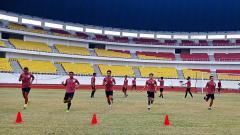 Indosport - Skuad PSIS Semarang berlatih di Stadion Jatidiri jelang perempatfinal Piala Menpora 2021 melawan PSM Makassar.
