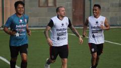 Indosport - Roni Azani (kiri) resmi meninggalkan Bali United. Dia akan menempati posisi baru sebagai pelatih fisik Persis Solo.