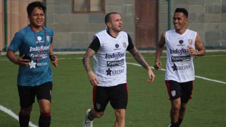 Roni Azani (kiri) resmi meninggalkan Bali United. Dia akan menempati posisi baru sebagai pelatih fisik Persis Solo. - INDOSPORT