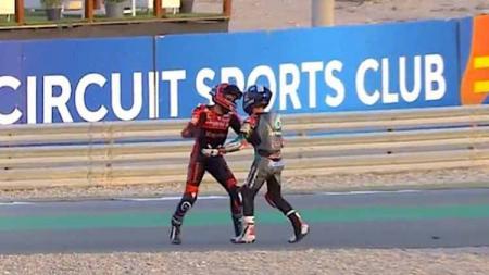 Pertengkaran John McPhee dan Jeremy Alcoba di Moto3 Doha. - INDOSPORT
