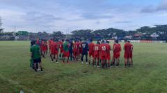 Indosport - Skuat PSM Makassar berdoa bersama sebelum menutup latihan terakhir jelang melakoni Babak 8 Besar Piala Menpora 2021.