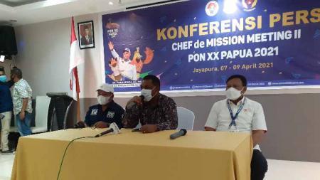 Wakil Sekretaris Bidang Humas dan PPM PB PON Papua, Kadkis Matdoan, Ketua Panitia Pelaksana CdM meeting II, Yusuf Yambe Yabdi bersama Ketua tim Pengawas dan Pengarah (Wasrah) PON XX, Suwarno saat memberikan keterangan pers. - INDOSPORT