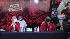 Indosport - Ketum PSSI Mochammad Iriawan menerima kunjungan Kaesang Pangarep.
