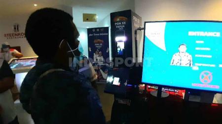 Salah seorang peserta saat melakukan registrasi menggunakan alat scan wajah. - INDOSPORT