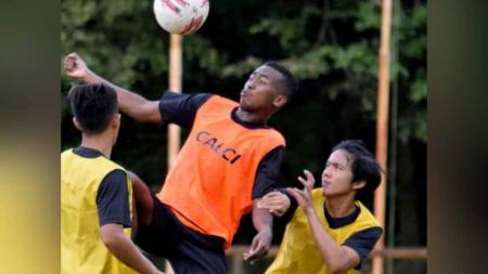Aidil Usman Diarra, striker trial Sriwijaya FC berdarah Mali yang menjadi kandidat kuat lolos seleksi. - INDOSPORT