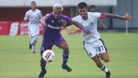 Jersey home Persita Tangerang (kiri) di Piala Menpora 2021. - INDOSPORT