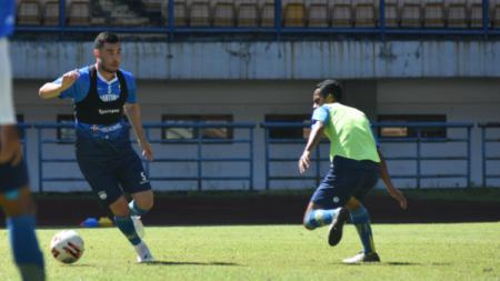Gelandang Persib, Farshad Noor, saat berlatih di Stadion GBLA, Kota Bandung, Kamis (08/04/21) - INDOSPORT