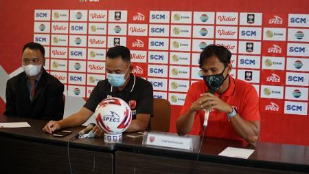 Pelatih PSM Makassar, Syamsuddin Batola, saat pre match press conference melawan PSIS Semarang di Babak 8 Besar Piala Menpora 2021. - INDOSPORT