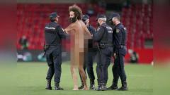 Indosport - Pria bugil masuk ke lapangan pertandingan Granada vs Manchester United.