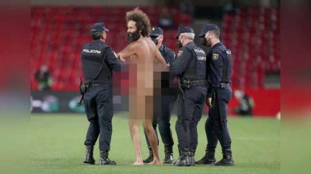 Pria bugil masuk ke lapangan pertandingan Granada vs Manchester United. - INDOSPORT