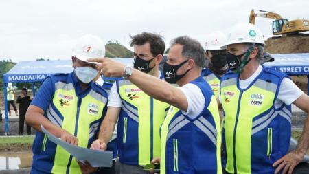 Perwakilan FIM dan Dorna mendapat penjelasan teknis mengenai Mandalika International Street Circuit dari perwakilan MGPA. - INDOSPORT