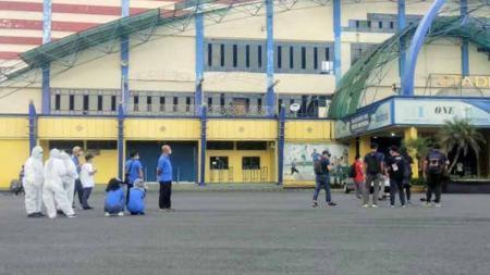 Situasi saat terjadi gempa 6,7 SR di Stadion Kanjuruhan Malang. - INDOSPORT