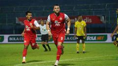 Indosport - Selebrasi striker Persija, Marco Simic usai mencetak gol ke gawang Barito Putera pada laga 8 besar Piala menpora 2021 di Stadion Kanjuruhan Malang.