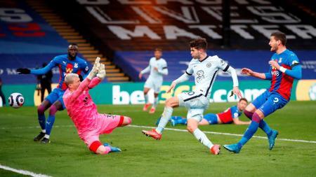 Gelandang Chelsea, Christian Pulisic, mencetak gol ke gawang Crystal Palace dalam laga lanjutan pekan ke-31 Liga Inggris, Minggu (11/04/21) dini hari WIB. - INDOSPORT