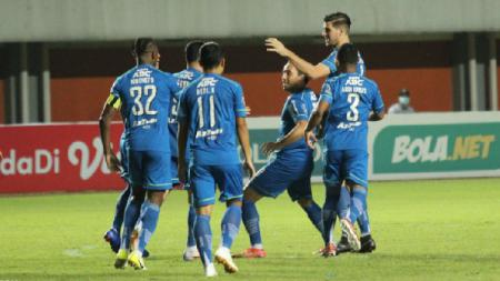 Selebrasi Pemain Persib Usai Mencetak gol ke Gawang Persebaya di Piala Menpora 2021 - INDOSPORT