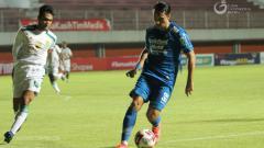 Indosport - Pemain Persib Bandung, Ezra Walian (kanan) Saat hadapi Persebaya pada babak 8 besar Piala Menpora 2021.