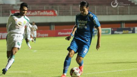 Pemain Persib Bandung, Ezra Walian Saat hadapi Persebaya - INDOSPORT