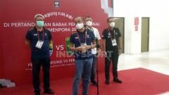 Indosport - Sesmenpora RI, Gatot Dewa Broto saat memberikan pernyataan ketika sidak di Stadion Maguwoharjo Sleman, didampingi Deputi Menko PMK Nyoman Shuida, Anggota Exco PSSI Yoyok Sukawi serta Direktur Operasional PT Liga Indonesia Baru (LIB), Sudjarno.