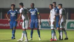 Indosport - Pertandingan antara Persib Bandung vs Persebaya Surabaya di babak 8 besar Piala Menpora 2021.