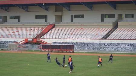 Sejumlah pemain Persipura Jayapura saat menjalani latihan perdana di Stadion Mandala. - INDOSPORT