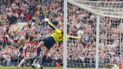 Indosport - Penyelamatan legendaris kiper Arsenal, David Seaman, dalam pertandingan Piala FA kontra Sheffield United, 13 April 2003.