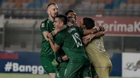 Selebrasi para pemain PSS Sleman usai mengalahkan Bali United dalam adu penalti di babak 8 besar Piala Menpora 2021 di Stadion Maguwoharjo Sleman. - INDOSPORT