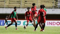 Indosport - Skuat PSM Makassar saat melakukan official training di Stadion Maguwoharjo, Sleman, jelang semifinal Piala Menpora 2021.