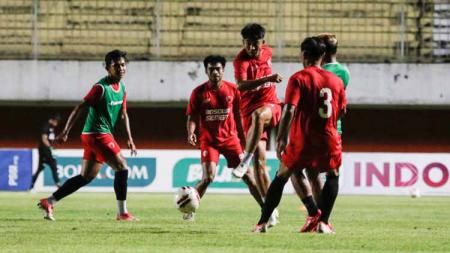Skuat PSM Makassar saat melakukan official training di Stadion Maguwoharjo, Sleman, jelang semifinal Piala Menpora 2021. - INDOSPORT